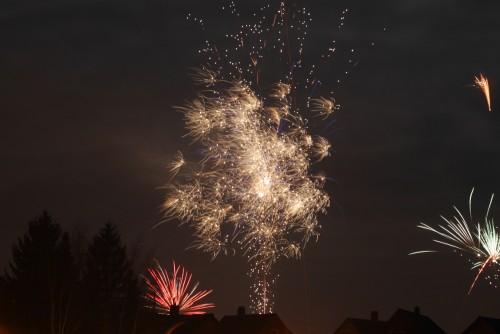 Das Foto zeigt Feuerwerk über Häusern.