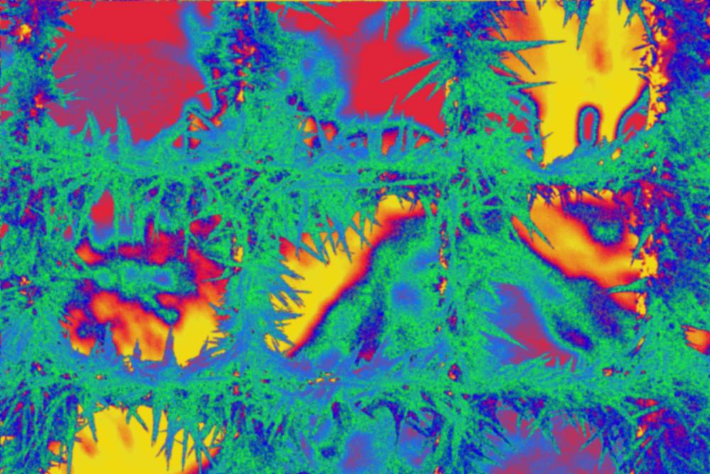 Das Bild zeigt ein durcheinander von Farben, hauptsächlich blau, gelb und rot. Die Struktur ist durch ein Gitter mit Raureif entstanden, dies ist aber kaum erkennbar