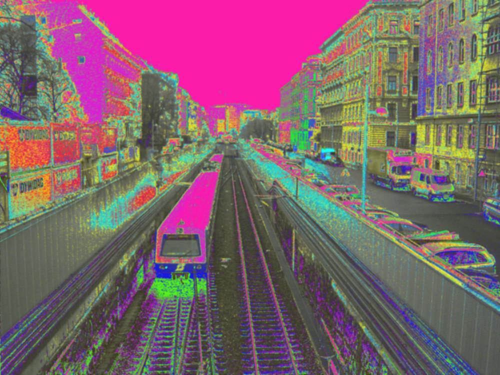 Das Bild zeigt eine Stadtszene mit Nahverkehrsbahn, die Bilder und alles andere sind unnatürlich eingefärbt und verfremdet
