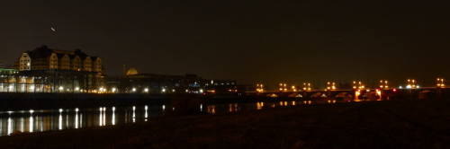 Man sieht die Elbe und eine Elbbrücke (die Brücke ist auf der rechten Seite), auf der linken Seite sieht man erleuchtete Gebüde