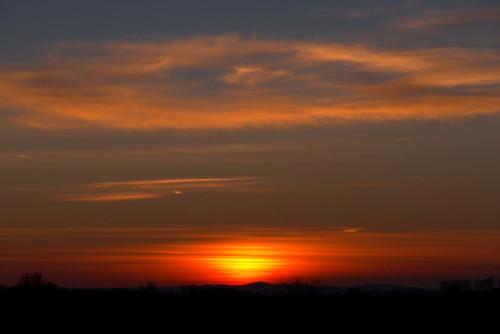 Die Sonne ist gerade Untergegangen, man sieht noch einen Rest in den Wolken