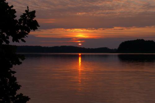 Das Bild zeigt den Sonnenaufgang an einem See