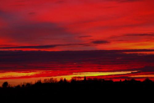 Das Bild zeigt den Himmel kurz nach Sonnenuntergang, durch die Rot- und Orangetöne scheint er zu brennen...