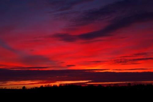 Das Bild zeigt den Himmel kurz nach Sonnenuntergang, die Wolken und der Himmel scheinen rot zu brennen...