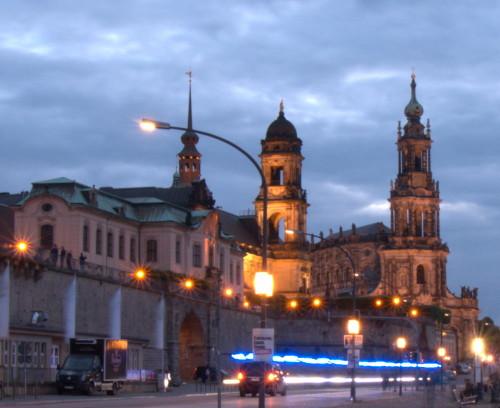 Das Bild ist am Elbufer der Dresdner Altstadt aufgenommen, es zeigt die blauen Lichtspuren eines Krankenwagens vor historischen Gebäuden der Altstadt