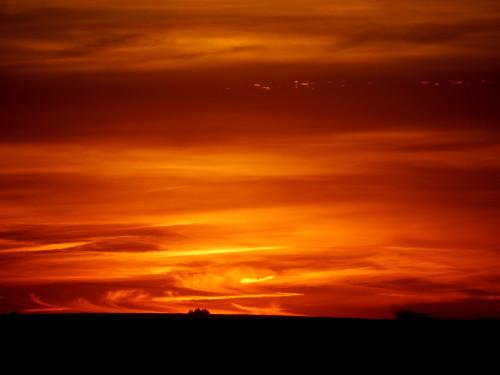 """Sonnenuntergang am 02.08.2015. DIe Sonne ist gerade untergegangen, man sieht den Himmel vor Orange- und Rottönen """"brennen"""""""
