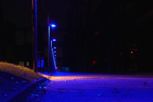 Das Bild zeigt eine blau beleuchtete Straße auf dem Gelände der Zeche Zollverein