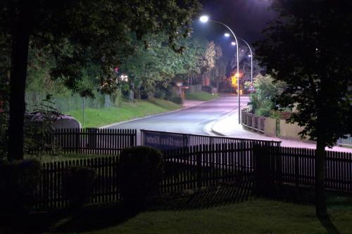 Das Foto zeigt die Hauptstraße in Winnigstedt, das Bild ist durch die Bäume aufgenommen.