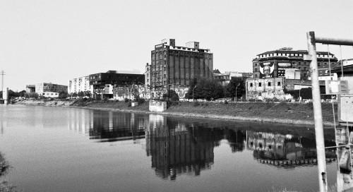 Das s/w-Foto zeigt Industrieruinen und sanierte Gebäude am Mannheimer Verbindungskanal