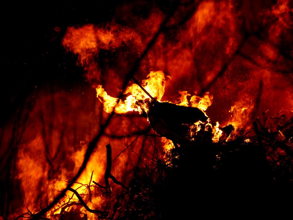 Das Foto zeigt das brennende Osterfeuer, auf dem Feuer war eine Strohpuppe, diese brennt auch schon
