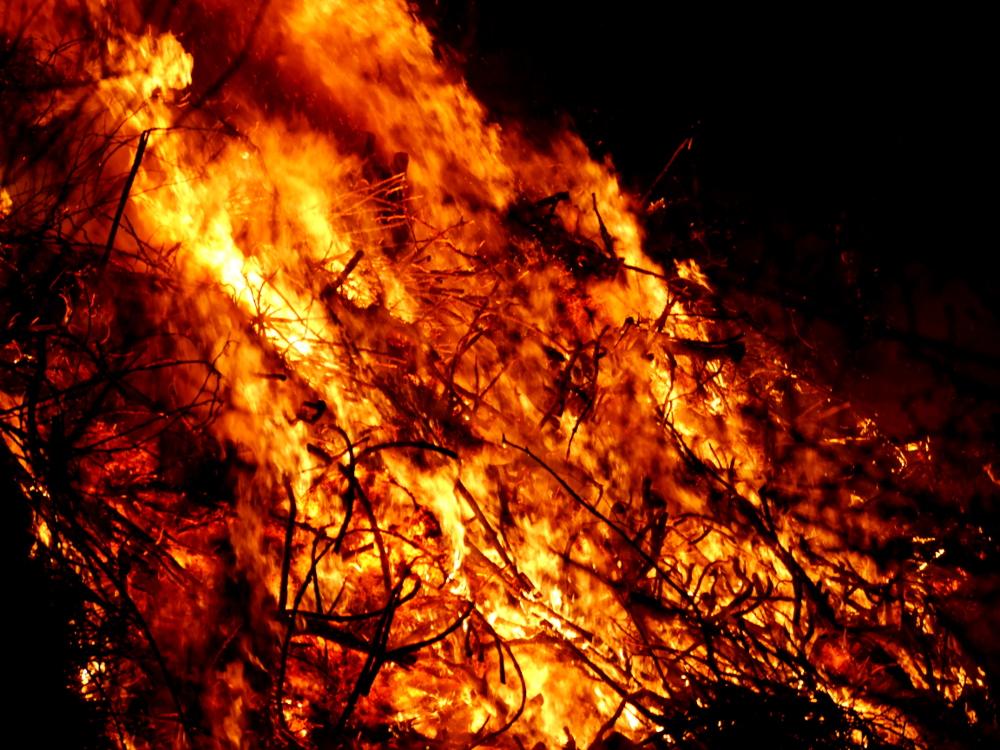 Eine weitere Detailaufnahme vom brennenden Osterfeuer