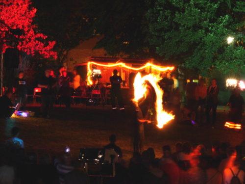 Ein Feuerschlucker auf dem Lichterfest
