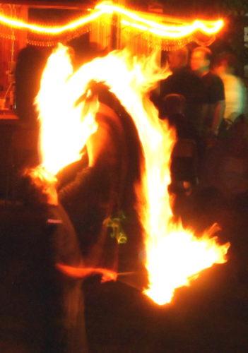 Der Feuerschlucker auf dem Lichterfest in Groß