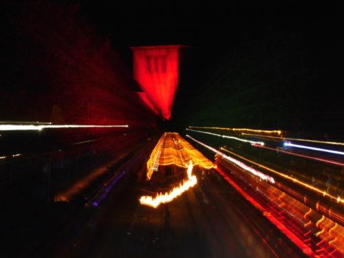 Ein sehr abstraktes Bild vom Lichterfest, man sieht nur Lichtstreifen, im Hintergrund kann man ganz Schemenhaft den alten Schlauchturm erkennen