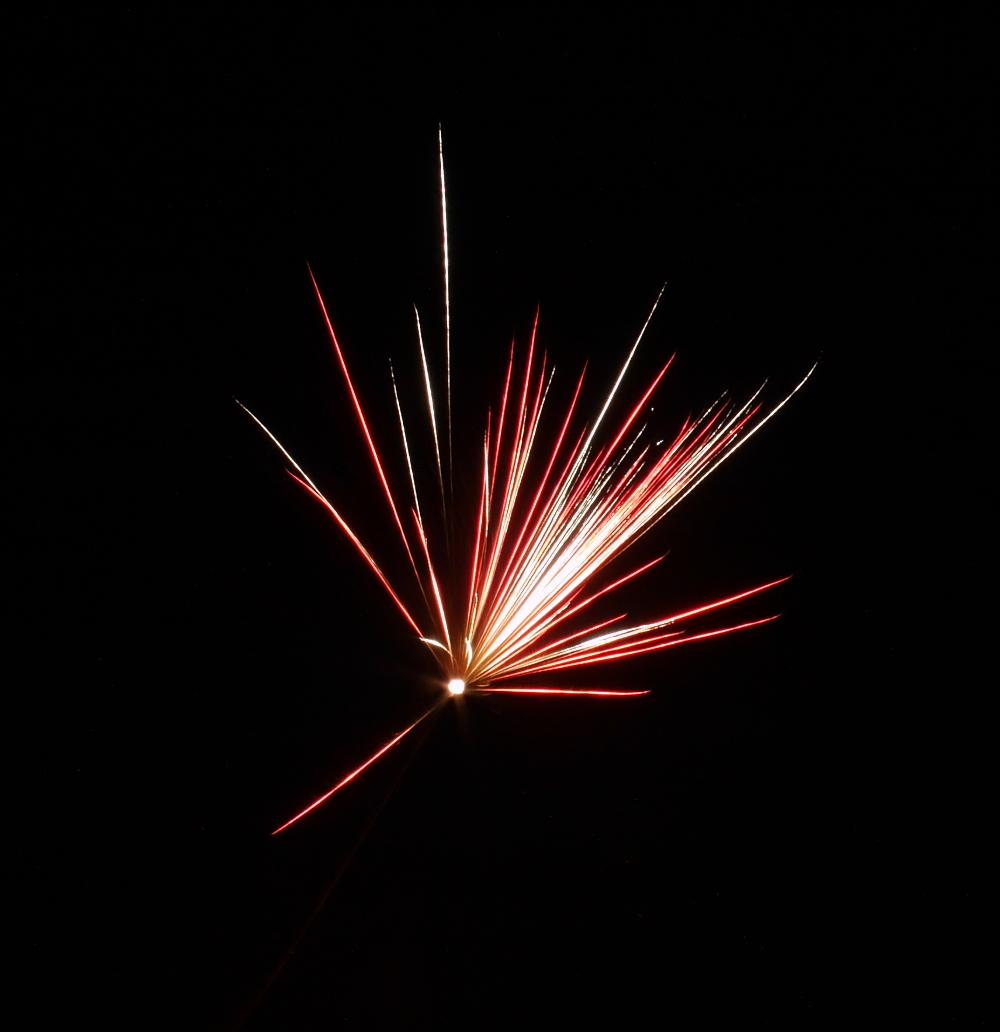 """Das Foto zeigt das Feuerwerk einer """"roten"""" Feuerwerksrakete"""