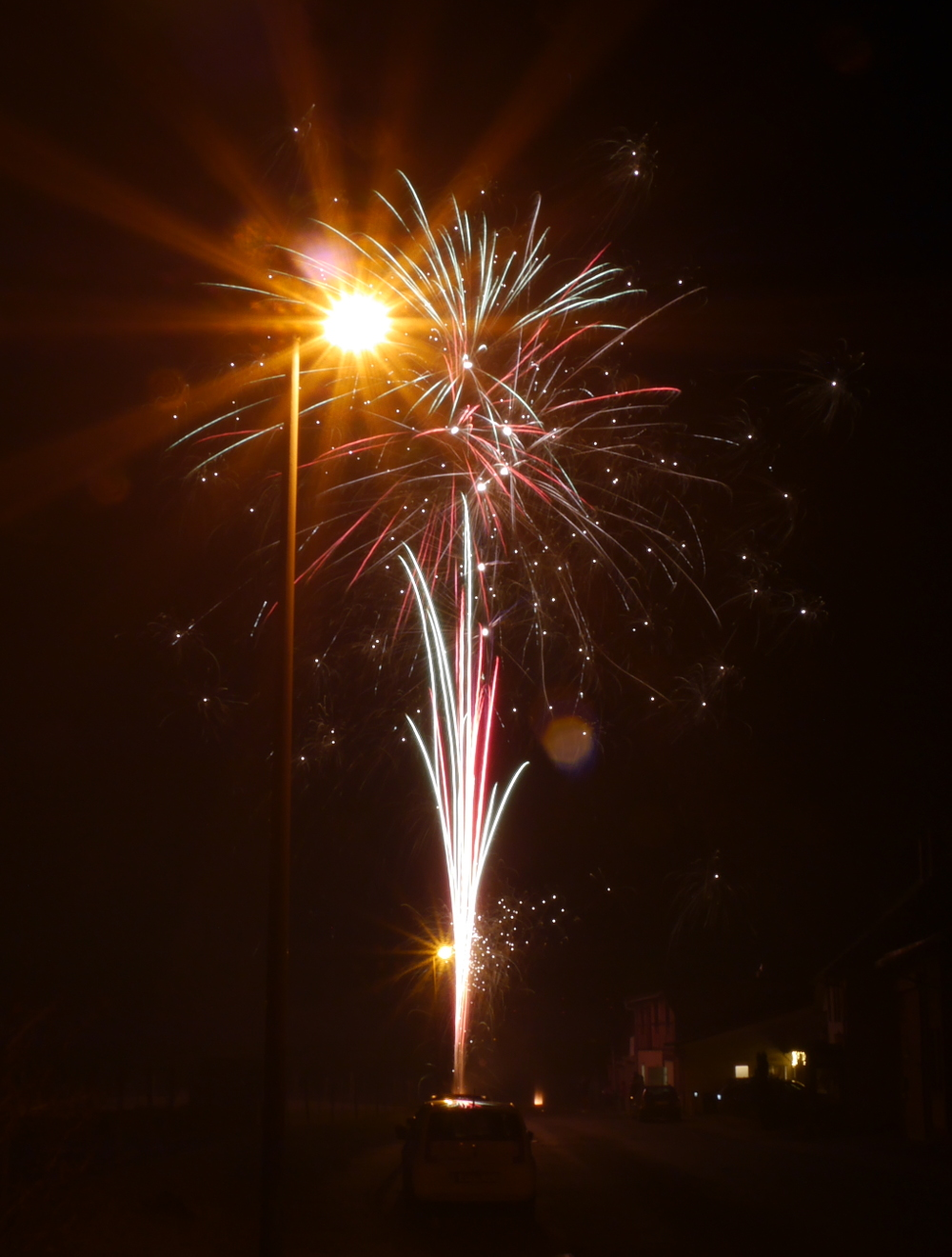 "Das Foto zeigt die ""Explosionen"" verschiedener Feuerwerksraketen"
