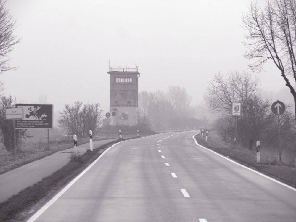 Das Bild ist auf der B79 aufgrnommen, man sieht den ehem. Grenzturm, das Erinnerungsschild und die Straße, die an ihm vorbeiführt.