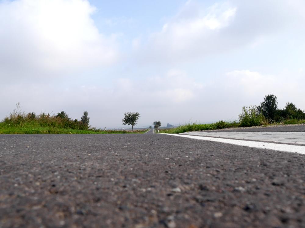 Das Foto ist wieder eine Landschaftsaufnahme, die Kamera stand aber auf der Straße, so das man quasi aus der Froschperspektive schaut.