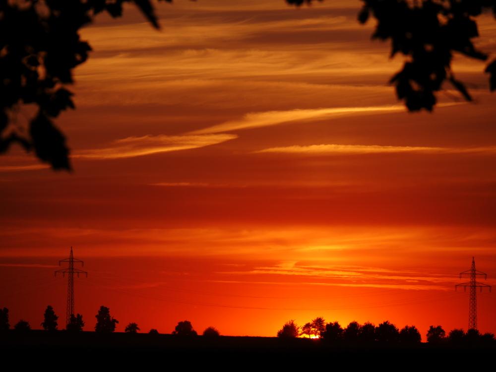 Ein Sonnenuntergang, nur noch ein winiziger Rest der Sonne ist Sichtbar, der Himmel orange erleuchtet...