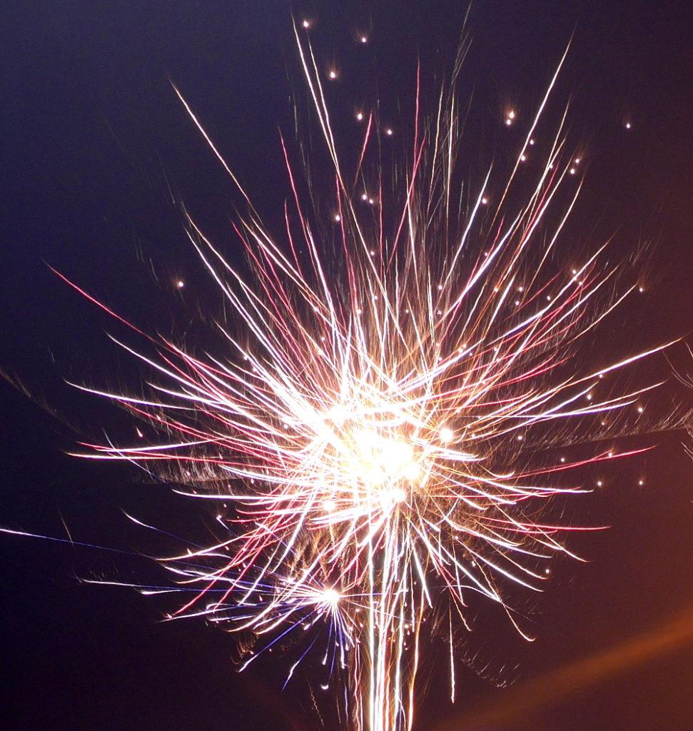 Das Feuerwerk zeigt eine zerplatzende Raketen