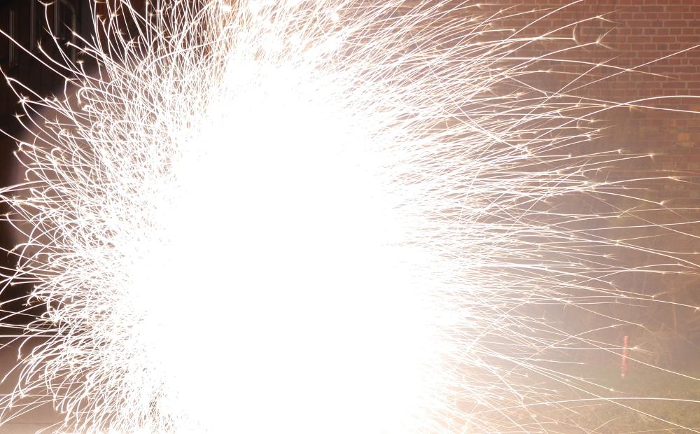 Das sehr hell-weiße Feuerwerk einer Bodenfontäne