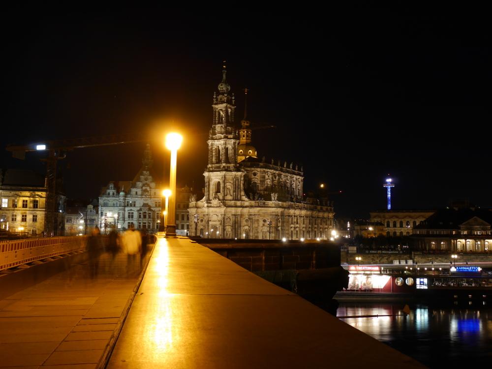 """Landschaftsaufnahme an der Elbe in Dresden während der """"Blauen Stunde"""" nach Sonnenuntergang"""