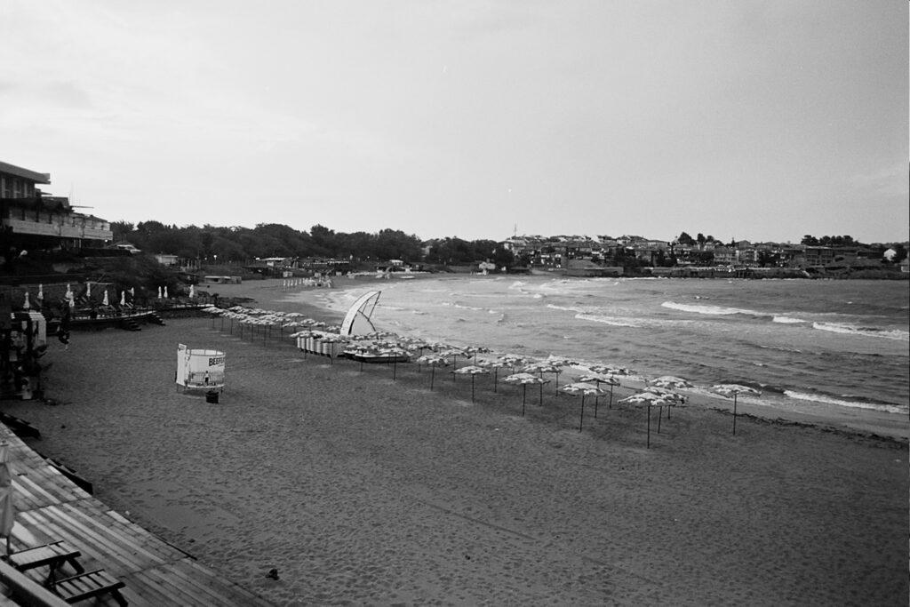 Das s/w-Foto zeigt den Strand von Sozopol, es stehen nur noch wenige Sonnenschirme und Menschen sind auch kaum zu sehen.