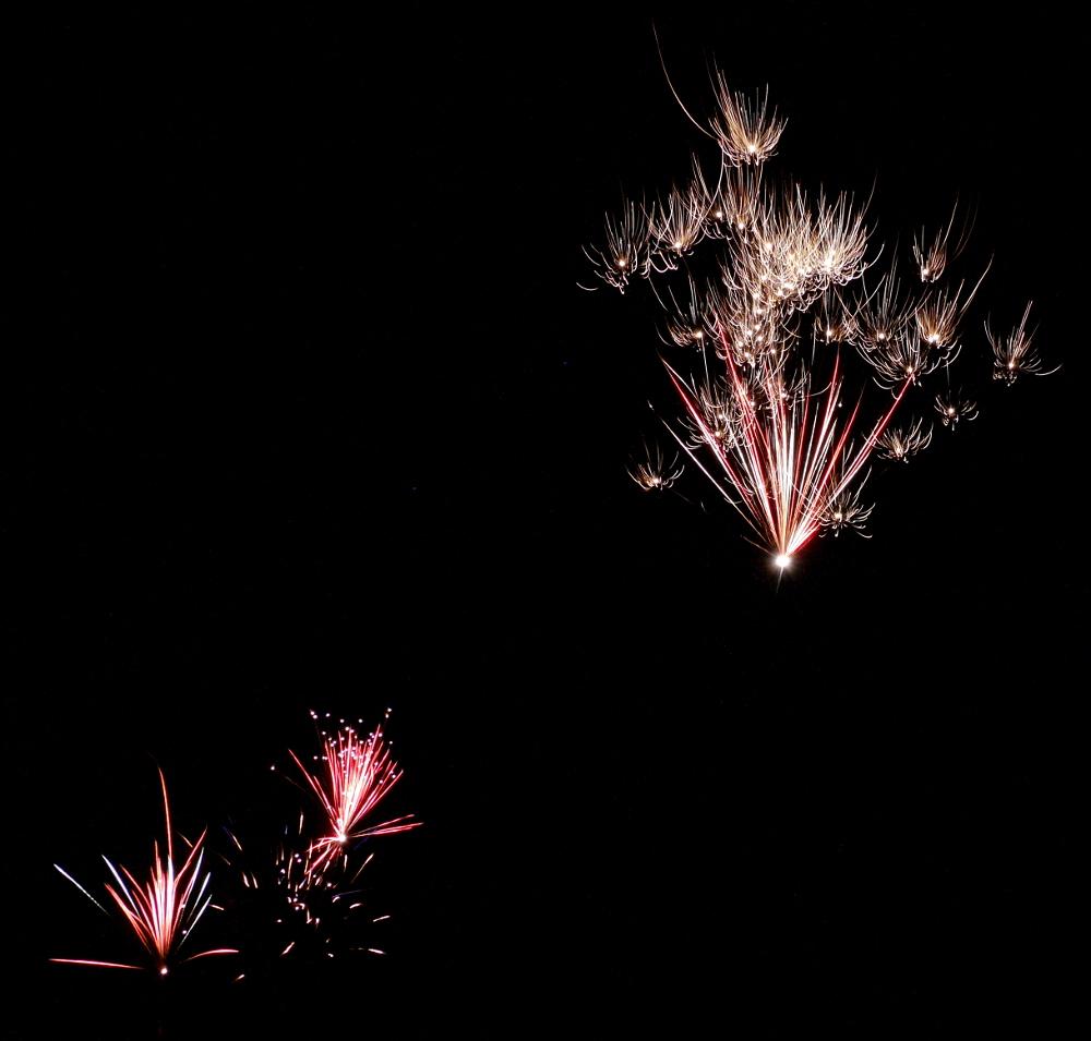 Das Foto zeigt Feuerwerks-Raketen in verschiedenen Höhen