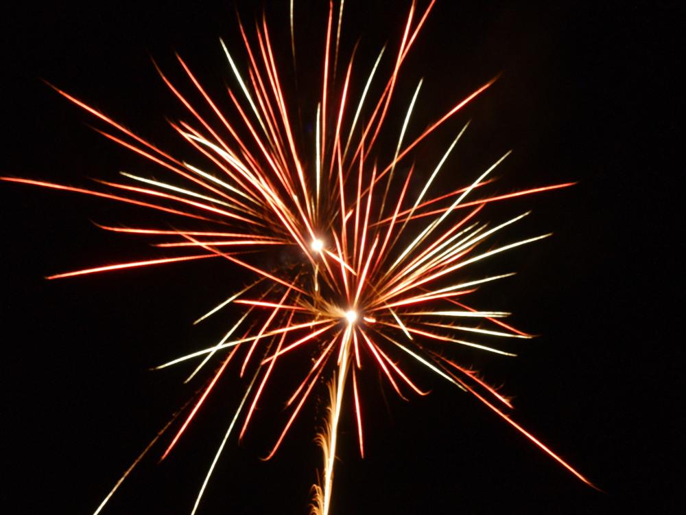 Das Foto zeigt die Explosion von zwei Feuerwerks-Raketen nah beieinander