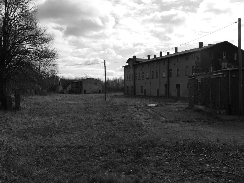 Auf dem ehem. Industriegelände in Miattierzoll. Man sieht die alten Gebäude, rechts die reste einer LKW-Waage.