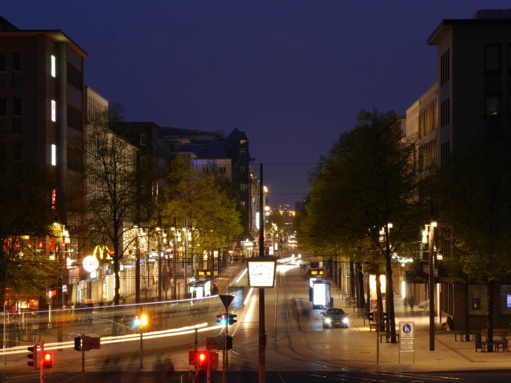 Eine Nachtaufnahme der Mannheimer Planken vom Wasserturm aus, man sieht wie die Strassenbahn zu Stricken der Scheinwerfer geworden sind.