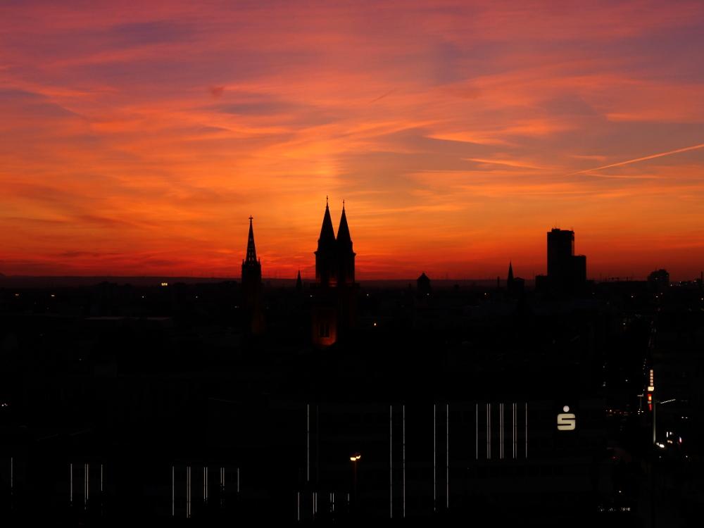"""Landschaftsaufnahme von Ludwigshafen kurz nach Sonnenuntergang, man sieht noch das orangene """"brennen"""" am Himmel."""