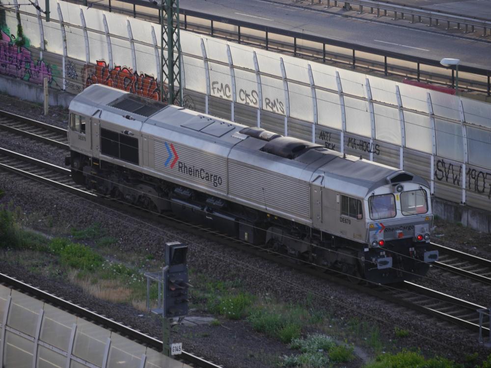 Eine grau-silberne Diesellok der RheinCargo