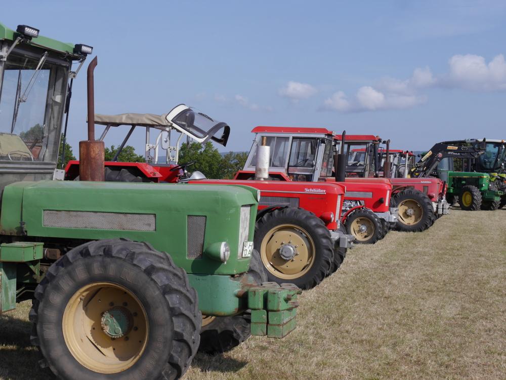 Dasa Bild zeigt diverse Traktoren