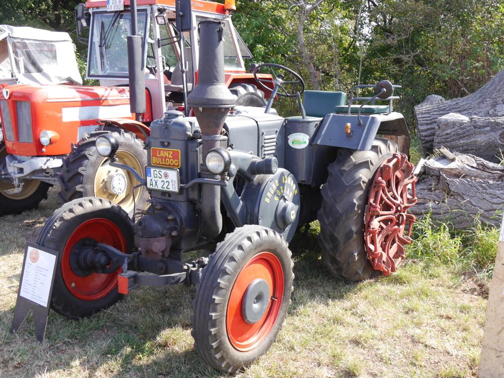 Dasa Foto zeigt einen grauen Lanz-Bulldog-Traktor ohne Fahrerhaus
