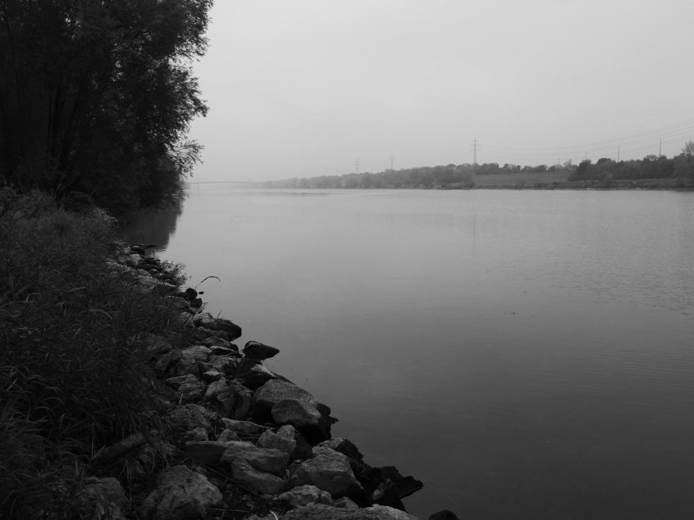 Das s/w-Foto zeigt den Blick entlang der Donau, der Fluß verschwindet im Nebem