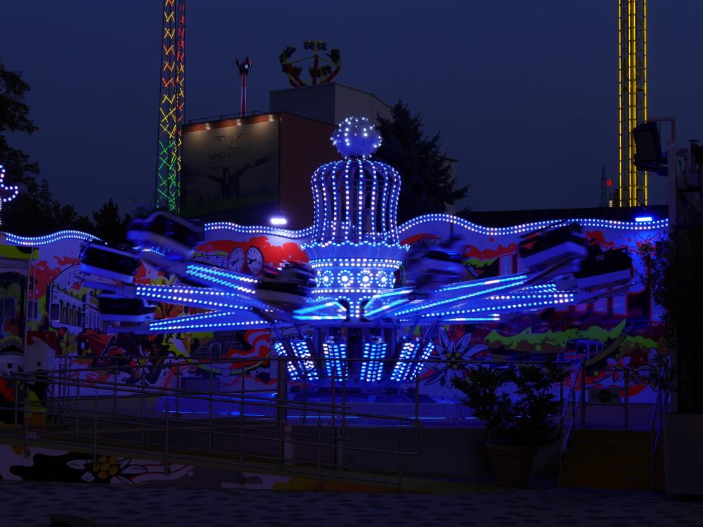 Dasa Foto zeigt ein laufendes, beleuchtetes Fahrgeschäft (Karussell)