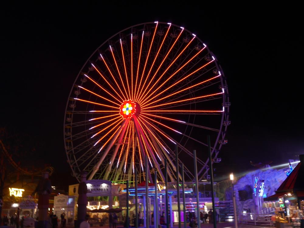 Dasa Foto zeigt ein bleuchtetes Riesenrad