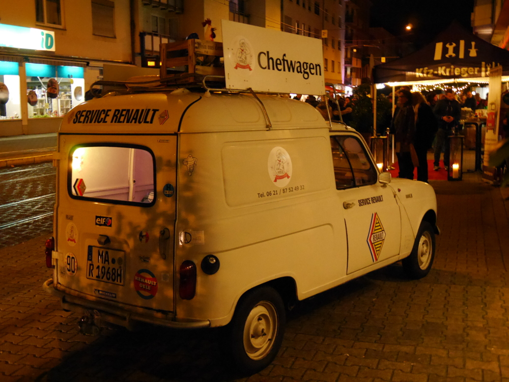"""Dasa Foto zeigt einen Renault-Oldtimer-Kastenwagen, der Wagen ist beklebt und hat auf dem Dach ein Schild """"Chefwagen"""""""