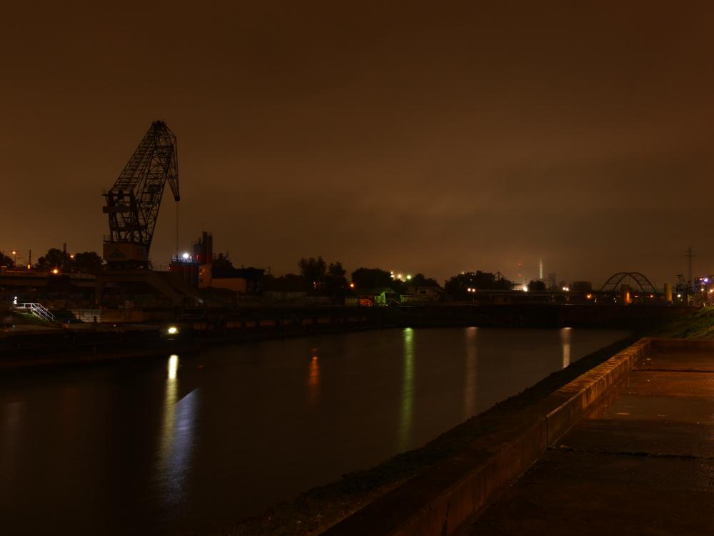 Eine Hafenszene am Verbindunskanal in Mannheim, Links ist der Kran vom Betonwerk, hinten die Bögen der Eisenbahnbrücke