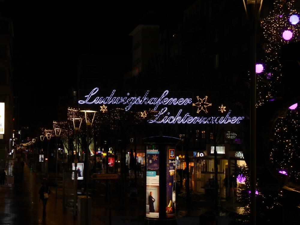 """Foto von der Innenstadt-Straße in Ludwigshafen, es hängen Lichterketten und man sieht den Schriftzug """"Ludwigshafener Lichterzauber""""."""
