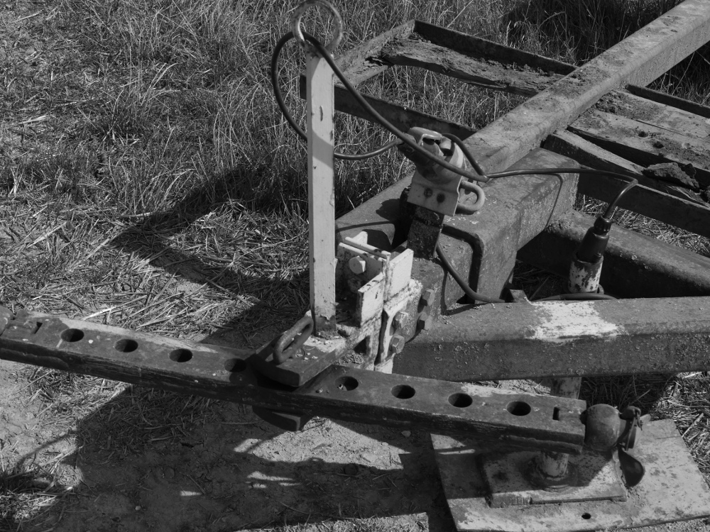 Dasa s/w Foto zeigt den vorderen, schon verrosteten Teil eines landwirtschaftlichen Anhängers.