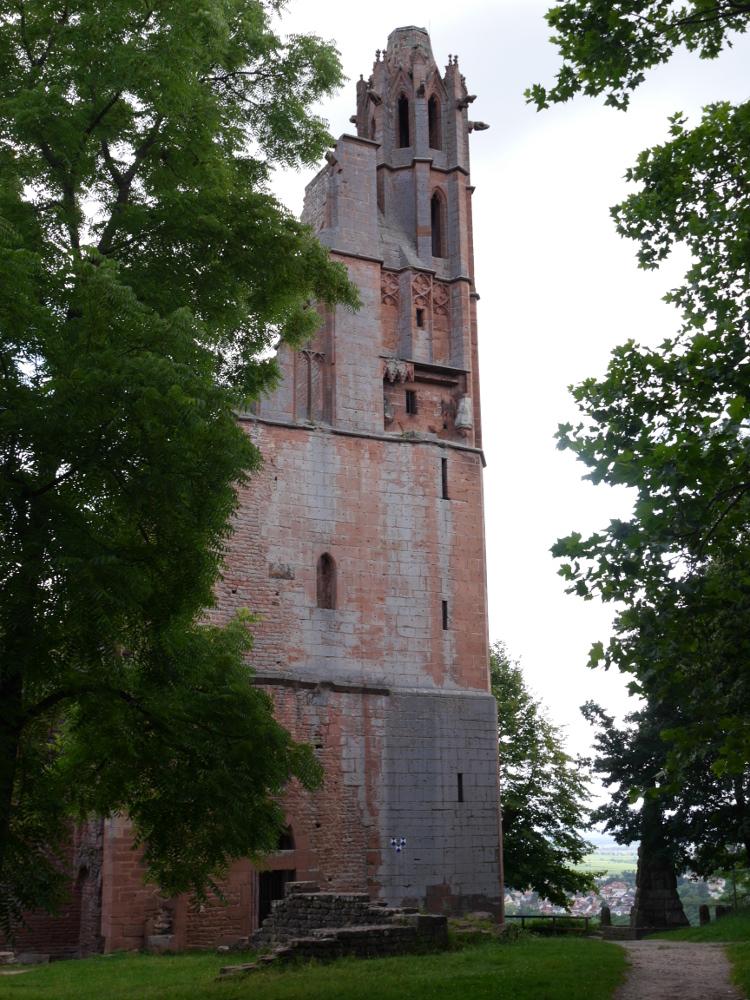 Das Foto von einem alte, leicht rötlichen Turm der Klosterruine Limburg bei Bad Dürkheim.